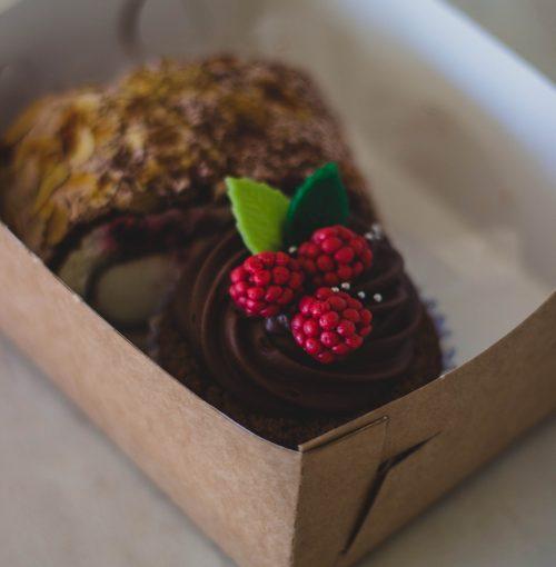 berries-blur-box-cake-185472